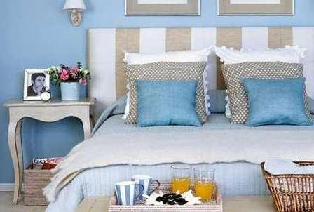 hermosa cama con un cabecero rayado de algodon