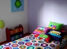 decoracion de cama infantil con almohadones coloridos