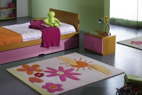 cuarto de niña con colcha rosada y hermosa alfombra